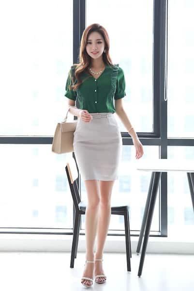 Áo kiểu phối ren cổ tim mặc cùng váy ôm công sở - 99+ Mẫu đồng phục công sở nữ tự tin khoe vóc dáng