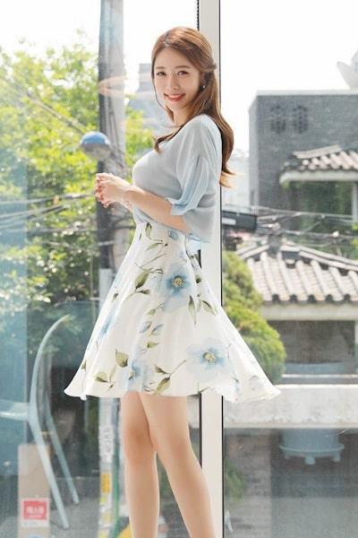 Nhẹ nhàng phối áo tay bèo với váy hoa - 99+ Mẫu đồng phục công sở nữ tự tin khoe vóc dáng