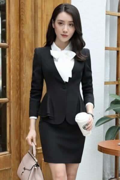 Set áo kiểu chân váy body kèm phụ kiện hoa ở cổ áo khoác vest phối bèo - 99+ Mẫu đồng phục công sở nữ tự tin khoe vóc dáng