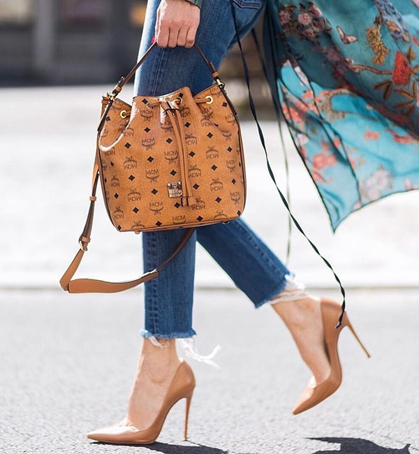 """Những đôi giày mũi nhọn với màu gần giống tone da không chỉ đem lại nét thanh thoát mà còn tạo hiệu ứng thị giác giúp """"kéo dài"""" đôi chân hiệu quả."""
