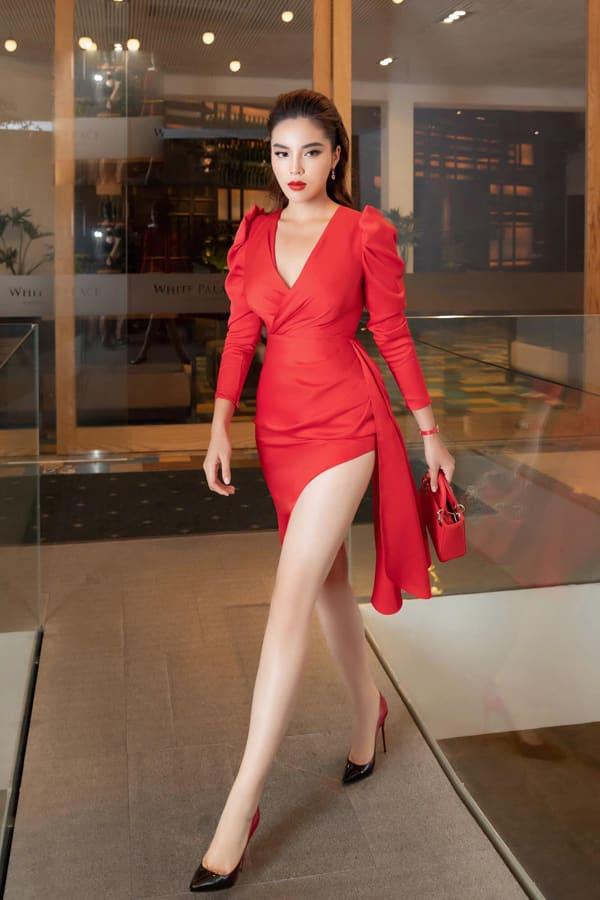 Váy lụa đỏ dựng phom tinh tế giúp phần eo của Kỳ Duyên được siết gọn. Thêm vào đó chi tiết cut-out để lộ đôi chân thon dài, gợi cảm cho người mặc. Đây cũng là trang phục mới nhất của nhà thiết kế Đỗ Long.