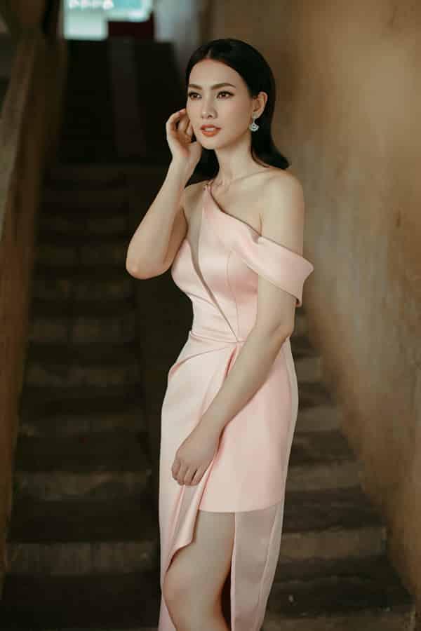 Vào đầu mùa hè 2019, khi tham gia các sự kiện của làng giải trí Việt, người mẫu Anh Thư luôn chọn các mẫu váy của Nguyễn Hà Nhật Huy để chưng diện.