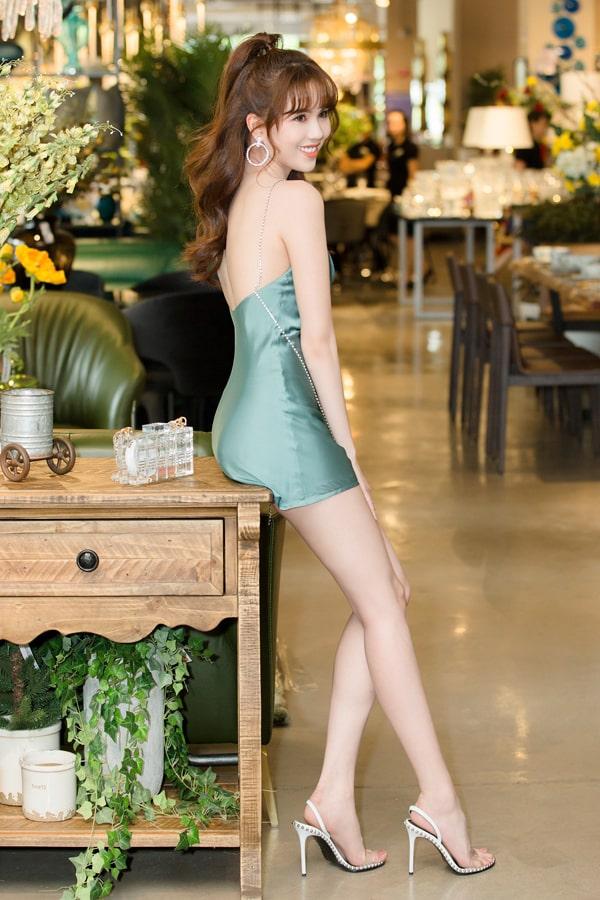 Khi tham gia những buổi tiệc mùa hè, các người đẹp nổi tiếng của showbiz Việt tạm từ bỏ những mẫu váy lưới, váy đính kết... Thay vào đó, họ ưu tiên váy lụa mềm mại và mang lại cảm giác thoáng mát. Ngọc Trinh khoe trọn lưng trần với thiết kế váy lụa, tông xanh dịu mắt của thương hiệu do cô sáng lập.