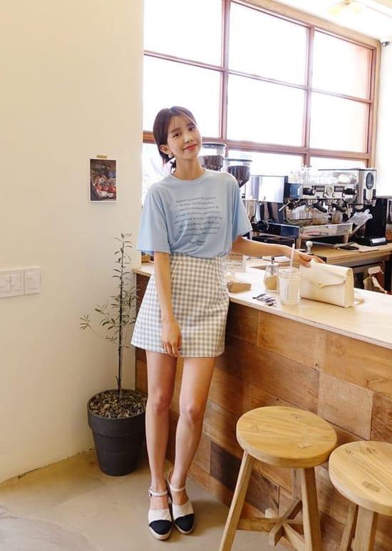 Khi không có quá nhiều thời gian để lựa chọn và mix-match trang phục đi làm, áo thun - váy ngắn là giải pháp hiệu quả.