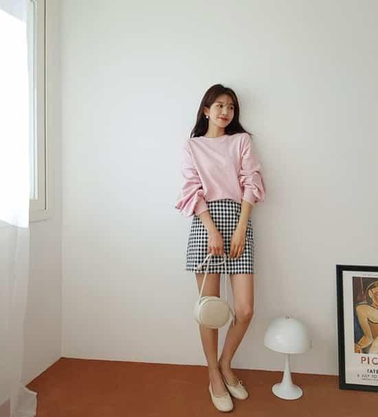 Ngoài các kiểu trang phục trên màu đơn sắc, ở mùa này nhiều nhà mốt còn giới thiệu những sản phẩm chân váy ca rô.