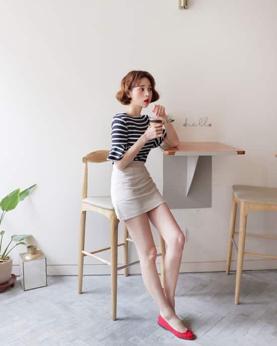 Áo thun kẻ sọc, chân váy cà phê sữa và giầy búp bê là set đồ vừa tiện lợi khi đi làm lại dễ sử dụng khi đi chơi.