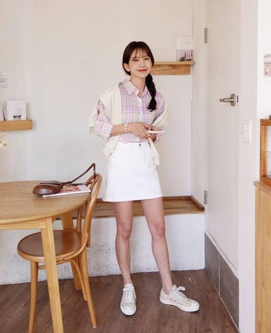 Set đồ cho nàng công sở yêu sự năng động và trẻ trung gồm chân váy ngắn, sơ mi, giầy vải buộc dây.