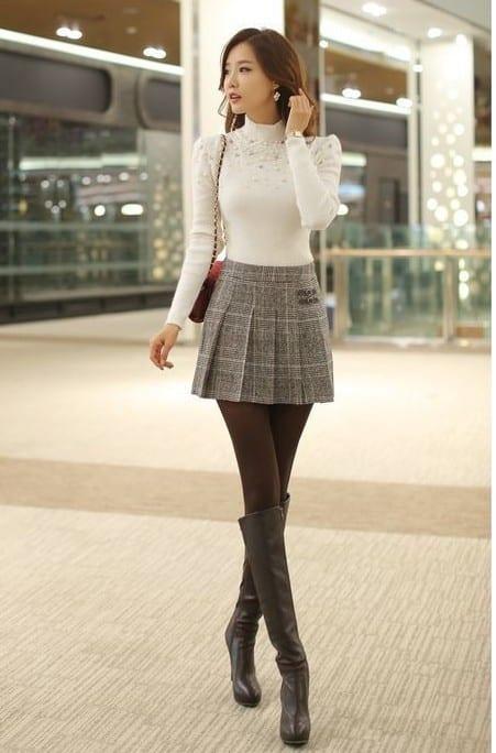 Áo thun + Váy xếp ly + Boots cổ cao