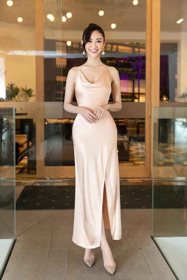 Hà Thu khoe đường cong gợi cảm trong thiết kế váy lụa hai dây của Trần Hùng. Trang phục kiểu dáng đơn giản nhưng được may trên chất liệu cao cấp khiến người mặc trở nên sang trọng và sexy.