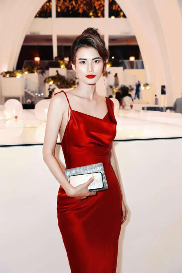 Cao Thiên Trang với phong cách quý phái và quyến rũ khi đi dự tiệc mùa hè. Trang phục của cô cũng là sản phẩm mới nhất đến từ nhà thiết kế Trần Hùng.