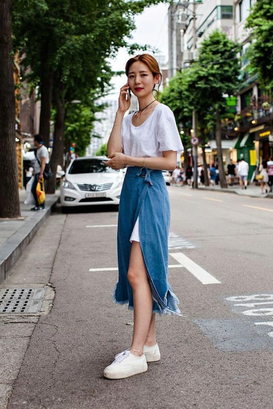Jeans, denim trên những kiểu váy midi, đầm cài nút, váy xẻ cao hay quần suông cổ điển sẽ khiến người đẹp khoẻ khoắn và trẻ hơn tuổi.