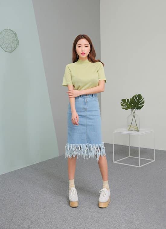 Chân váy jeans xé dành cho những cô nàng yêu sự phá cách. Kết hợp cùng kiểu chân váy này các nàng có thể chọn áo thun dáng cơ bản, áo hai dây hay sexy hơn nữa là các kiểu crop-top thịnh hành.