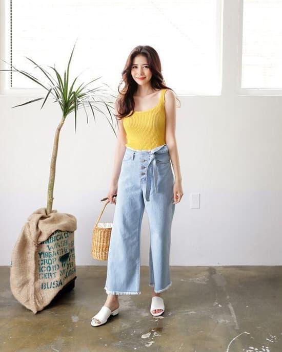Set đồ vừa gợi cảm vừa cá tính với sự kết hợp giữa áo thun ba lỗ dáng ôm, quần jeans ống lửng trang trí đai vải. Vào mùa này, các nàng nên chọn thêm các kiểu sandal, dép slip on, túi mây tre để thể hiện sự sành điệu.