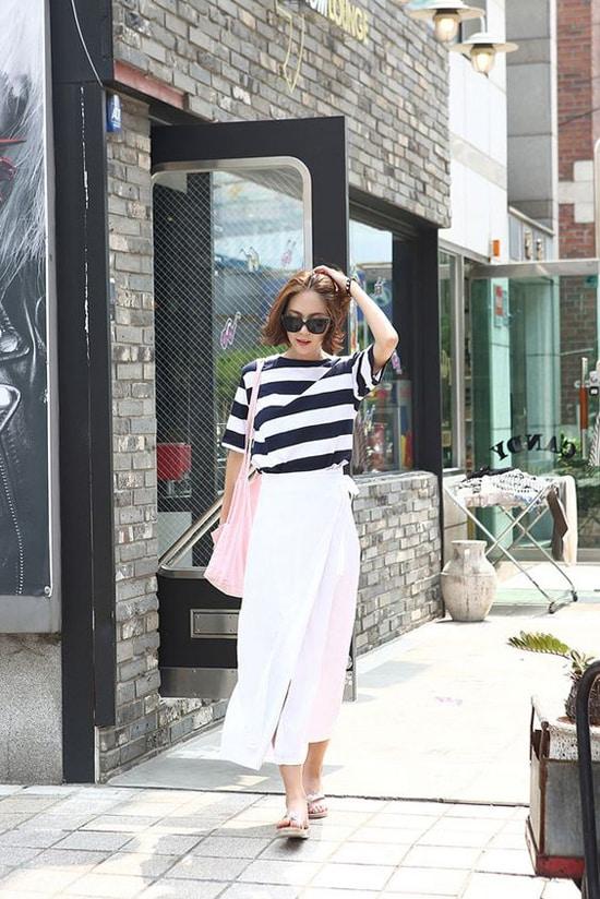 Chân váy là trang phục thông dụng và không quá khó để kết hợp với các kiểu áo sơ mi, blouse, hai dây và crop top.