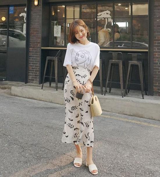Những kiểu chân váy nhẹ nhàng phối hợp cùng áo thun hạ vai đang là mốt được nhiều fashionista xứ Hàn ưa chuộng.