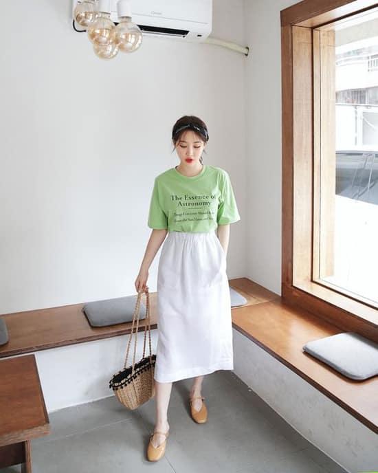 Váy midi là kiểu trang phục dài ngang bắp chân. Ngoài khả năng tôn nét thanh lịch cho phái đẹp, mẫu váy này còn che đi khuyết điểm của đôi chân.