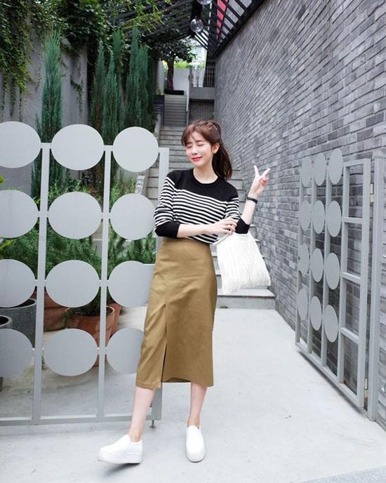 Chính sự đơn giản và tạo nên cảm giác thoải mái đã giúp chân váy midi được lòng phái đẹp. Hơn nữa, đây còn là trang phục giúp bạn gái có bắp đùi to che khuyết điểm hiệu quả.