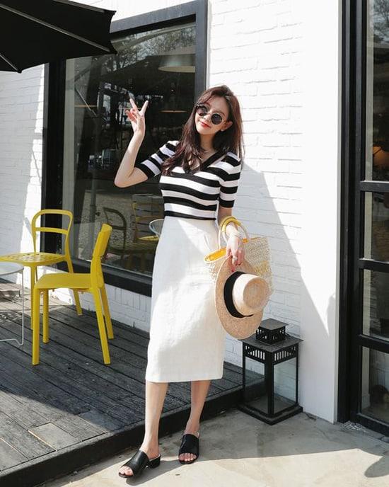 Kết hợp chân váy đơn sắc cùng các kiểu áo thun là công thức đơn giản để 'lên đồ' đến văn phòng.