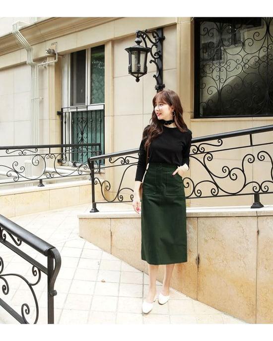 Phong cách nhẹ nhàng cho phái đẹp vào thu với áo thun cổ tròn, chân váy màu xanh rêu đậm, phụ kiện tông trắng.