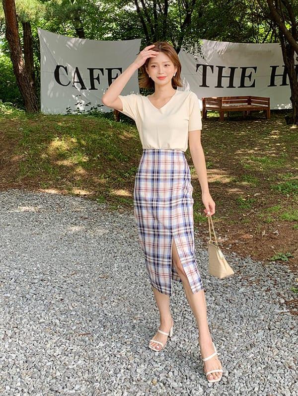 Chân váy kẻ ca rô xẻ tà dành cho những người có thân hình mảnh. Hãy thử phối chúng với áo phông cổ chữ V, dép cao gót. Cả ba món đồ này đều có tác dụng tôn chiều cao tối đa.