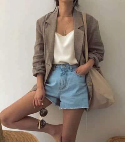 Bên cạnh việc diện quần jeans cùng các mẫu áo hai dây, áo ống, áo sát nách tôn nét sexy, short jeans còn được mix cùng blazer để tăng sự cá tính.