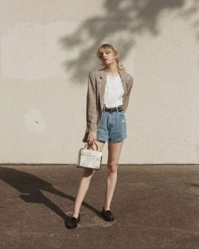 Ở mùa hè năm nay, jeans, áo thun basic và các kiểu áo khoác blazer dáng rộng là 3 món đồ thường được mix-match cùng nhau.
