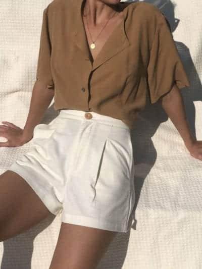 Short vải thô dáng siêu ngắn được phối hợp cùng các mẫu áo sơ mi dáng rộng, blouse cách điệu tôn nét thanh lịch và sexy cho người mặc.