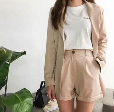 Diện suit ngắn cũng là mốt được phái đẹp lăng xê ở mùa mốt xuân hè 2019. Những kiểu áo khoác, short đồng bộ thường được xây dựng trên tông màu trung tính mang lại phong cách trang nhã.
