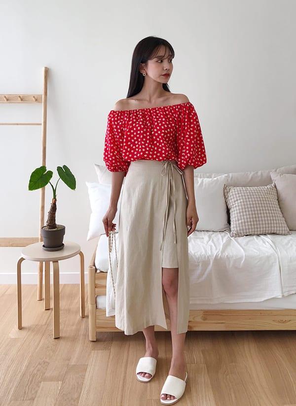 Những bạn tự tin về đôi chân có thể chọn kiểu váy chữ A dáng quấn màu trung tính, phối áo trễ vai màu nổi.