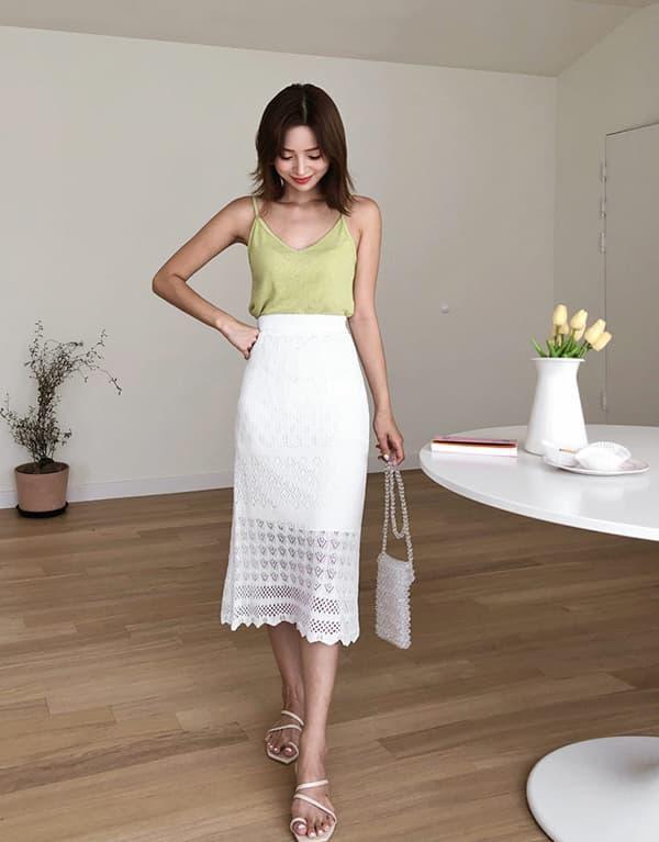 Một chất liệu khác cũng đem tới độ mềm là các sợi cotton được đan hoặc móc thành chân váy. Bạn có thể mặc chúng với áo hai dây khi đi chơi cùng bạn bè, đi dạo...