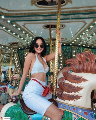 Blogger thời trang Chailee Son khoe khéo đường cong khi kết hợp swimsuit với quần biker jeans… (Ảnh: Instagram @Chailee Son)