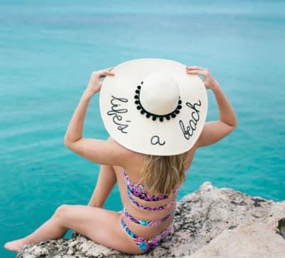 Mũ rộng vành là một trong 6 item không thể thiếu khi đi biển