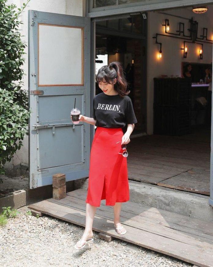 Áo phông đen phối chân váy đỏ xẻ tà trước