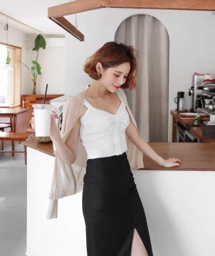Áo hai dây màu trắng phối chân váy đen xẻ tà trước
