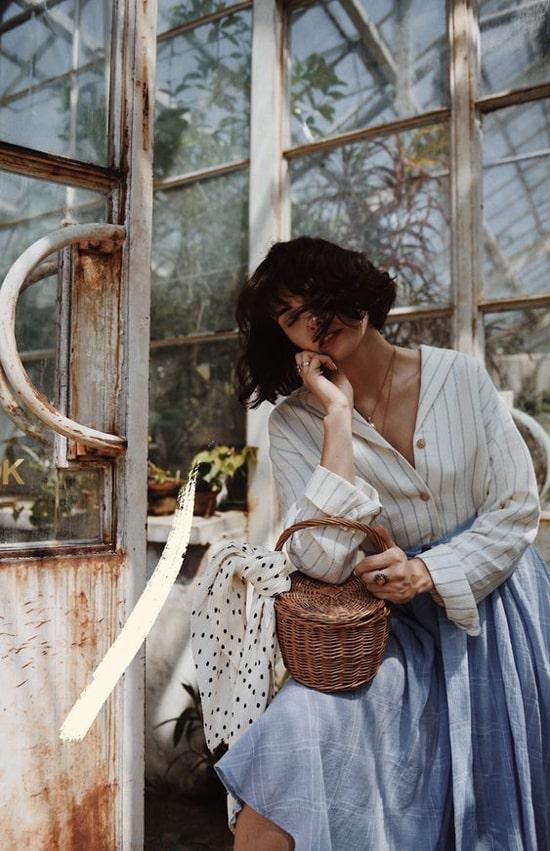 Set đồ đậm chất cổ điển cho các nàng là tín đồ của dòng thời trang vintage:Áo sơ mi cổ vest, phom rộng phối cùng chân váy xòe dáng midi.