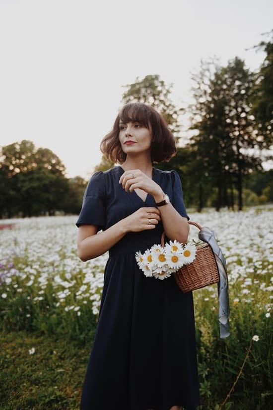 Váy vintage màu đơn sắc, kiểu dáng trang nhã là lựa chọn hợp lý khi bạn có ý định đến Đà Lạt. Trang phục nhẹ nhàng sẽ giúp người mặc có được những bức ảnh 'so deep' khi chụp ảnh ở những cánh đồng hoa nổi tiếng.