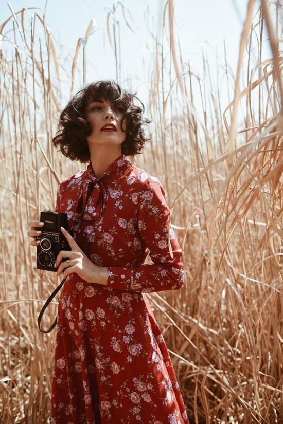 Đầm hoa nhí cổ điển phù hợp với nhiều bối cảnh khác nhau: Từ không gian thoáng đạt của cỏ cây, hoa lá đến không gian nhỏ nhắn của các tiệm cà phê, trang phục này luôn khiến người mặc toát lên nét điệu đà, nữ tính.