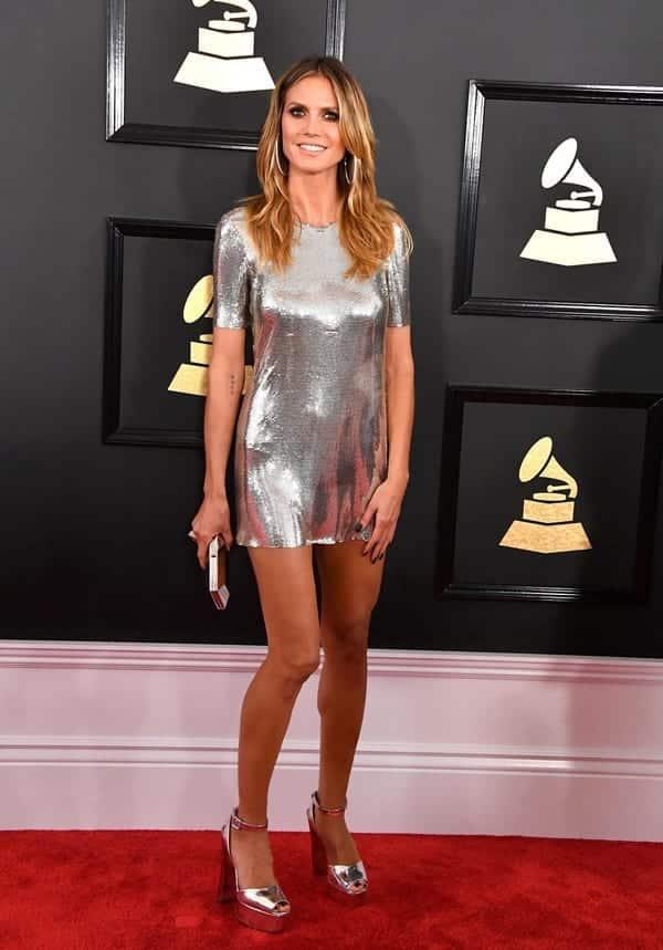 Chân váy hoặc đầm liền ngắn ngang đùi