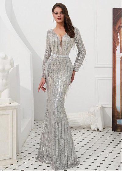 Váy dạ hội dáng dài vừa chạm đất khoét cổ đến eo tạo nét lộng lẫy và quyến rũ. Nổi bật với chi tiết tua rua trên váy