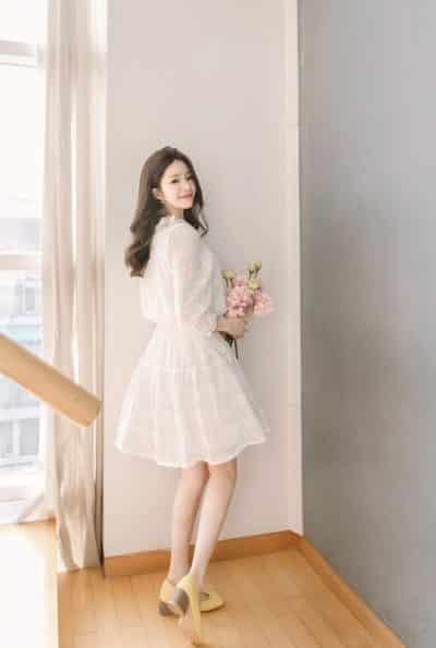 Váy trắng ren dài đến đầu gối trong sáng dễ thương