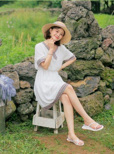 Váy trắng viền thổ cẩm cho mọi dáng người đều đẹp