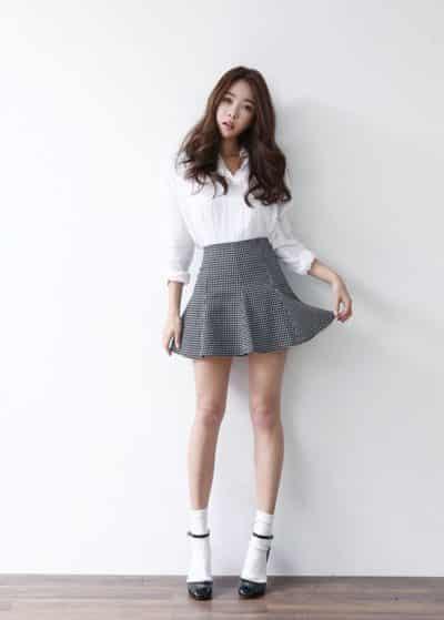 Công thức: Áo sơ mi trắng + Chân váy ngắn sọc caro
