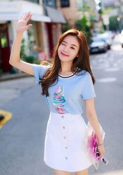 Mix áo phông cổ tròn nữ với chân váy ngắn màu trắng