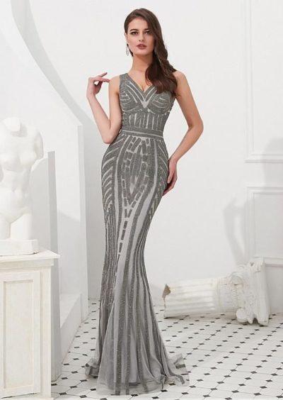 Váy dạ hội cổ v không tay dáng dài tựa nàng tiên cá. Tô điểm thêm kim cương để làm nổi bật chiếc váy dạ hội sang trọng.