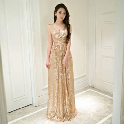 Váy dạ hội vàng kim lóe kim tuyến giúp nàng nổi bật hơn. Thiết kế không tay khoét cổ sâu tạo nét quyến rũ cho nàng có vòng 1 căng mộng