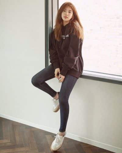 Năng động trẻ trung với áo nỉ và quần jeans tối màu