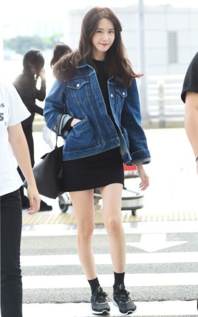 Dịu dàng nữ tính với váy body khoác ngoài là áo jeans phong cách