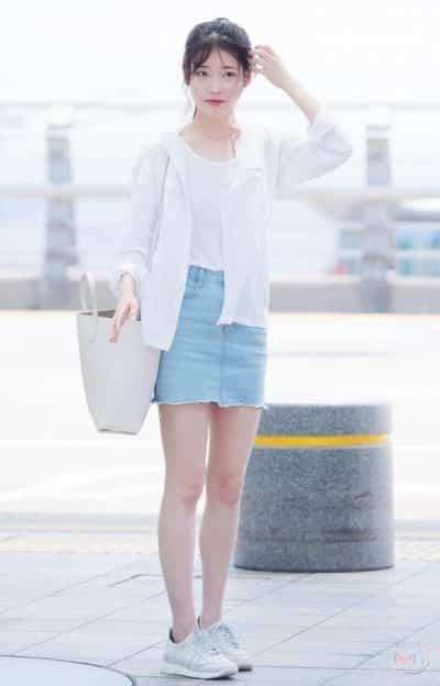 Nhẹ nhàng nữ tính với áo khoác mỏng trắng mix cùng chân váy jeans tua rua