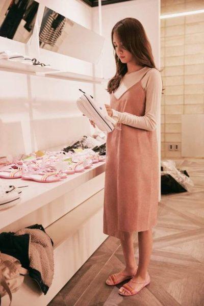 Siêu nữ tính với váy yếm mix cùng áo thun dài tay cực phù hợp với trời thu