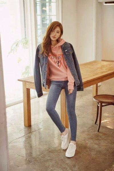 Phong cách năng động và cá tính với áo thun nỉ cùng áo quần jeans